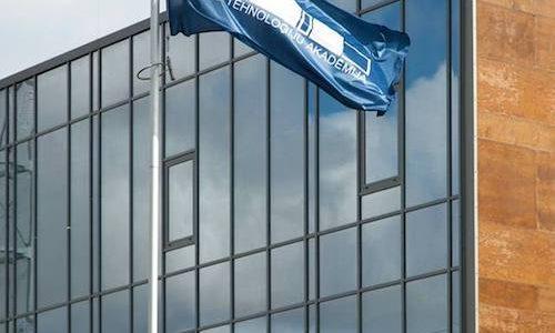 Ēka ar stiklotu fasādi