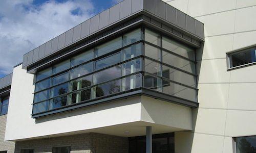 Stiklots balkons, piebūve