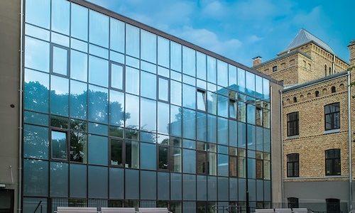 Stiklota ēkas fasāde