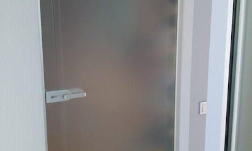 Durvis ar pvc vitrīnu